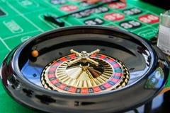 演奏轮盘赌在一个选材台上的一个赌博娱乐场 免版税图库摄影
