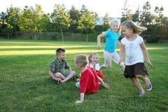 演奏运行的年轻人的孩子 免版税库存照片
