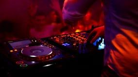演奏迪斯科的Dj安置进步音乐在音乐会 股票录像