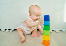 演奏金字塔喜悦早期的发展的婴孩 库存照片