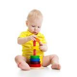 演奏金字塔玩具的男婴 免版税图库摄影