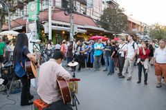 演奏金钱慈善的人们音乐在星期天走的街道 免版税库存照片