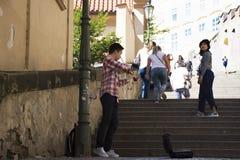 演奏金钱的小提琴和展示的Czechia人在布拉格城堡 库存照片