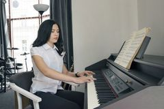演奏钢琴演奏家球员的钢琴 有古典乐器大平台钢琴的妇女 免版税图库摄影