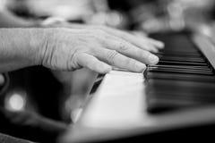 演奏钢琴细节的钢琴演奏家 免版税库存照片