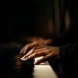 演奏钢琴特写镜头的手 免版税库存图片