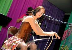 演奏锯的女性音乐家 库存照片