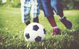 演奏锻炼橄榄球概念的非洲孩子 库存图片