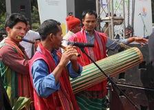 演奏长笛和鼓阿萨姆邦,印度民间舞的人  免版税库存图片