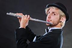 演奏长笛的优美加工好的男性音乐家 免版税库存图片
