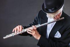 演奏长笛的优美加工好的男性音乐家 免版税库存照片