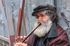 演奏长笛的卖艺人 库存图片