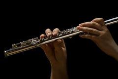 演奏长笛的妇女的手 图库摄影