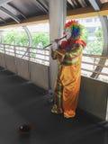 演奏长笛的小丑 免版税库存照片
