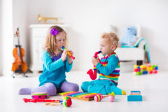 演奏长笛的男孩和女孩 免版税库存照片