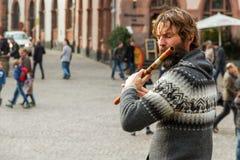 演奏长笛的街道音乐家 免版税库存图片