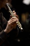 演奏长笛的音乐家的手 图库摄影