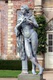 演奏长笛, Powis城堡庭院,英国的音乐家的雕象 免版税图库摄影