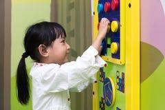 演奏难题的亚裔矮小的中国女孩 免版税库存照片