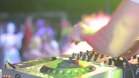 演奏集合的音乐节目主持人的手在disko房子里在音乐党期间 股票视频