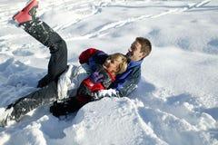 演奏雪年轻人的夫妇 免版税库存图片