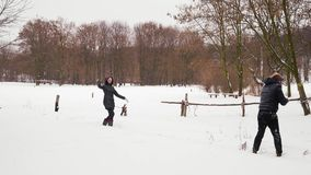 演奏雪球在印度人的森林里有女孩的 股票录像