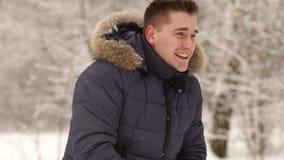 演奏雪球的一个人在森林在冬天 股票录像