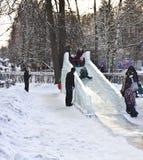 演奏雪的儿童小山 库存图片