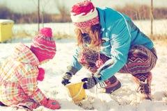 演奏雪的女儿母亲 免版税库存照片