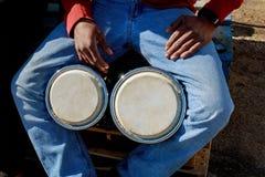 演奏非洲鼓Djembe的一个人 免版税图库摄影