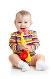 演奏音乐玩具的婴孩 免版税库存照片