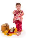 演奏音乐的一个小的小女孩。 免版税库存照片
