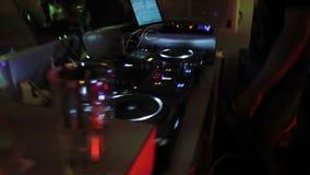 演奏音乐的两位普遍的节目播音员在混合的控制台在夜总会 当事人 股票录像
