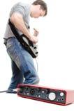 演奏音乐的声卡和吉他弹奏者 免版税库存图片