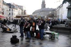 演奏音乐的街道音乐家 免版税库存照片
