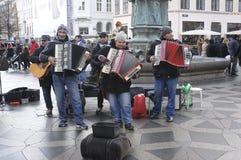 演奏音乐的街道音乐家 图库摄影