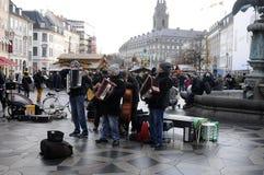 演奏音乐的街道音乐家 免版税库存图片
