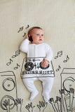 演奏音乐的逗人喜爱的DJ女婴佩带的耳机在搅拌器 库存图片