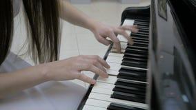 演奏音乐的钢琴演奏家 接近的关键董事会钢琴 股票视频