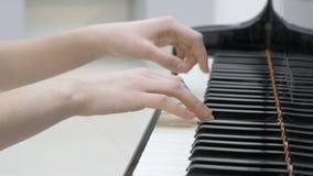 演奏音乐的钢琴演奏家 接近的关键董事会钢琴 股票录像