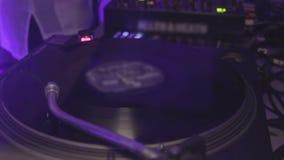 演奏音乐的Dj在夜总会 转动在转盘的唱片 当事人 股票录像