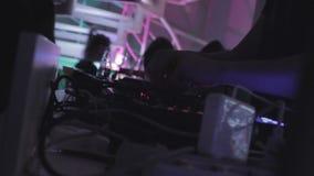演奏音乐,人们的DJ在夜总会进来在楼上 股票视频