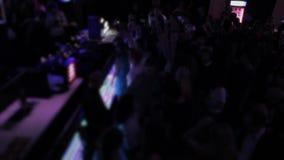 演奏音乐,跳舞的人,挥动的手剪影的DJ  股票录像