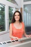 演奏顺序器的女性音乐家 免版税库存照片