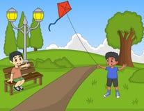 演奏风筝的孩子在公园 免版税库存照片