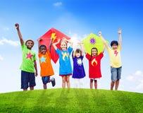 演奏风筝的小组孩子户外 免版税图库摄影