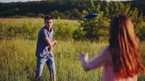 演奏飞碟的愉快的夫妇在镇外面在一个晴朗的夏日 影视素材