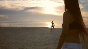 演奏飞行在海滩的无忧无虑的朋友飞碟盘在日落期间 酸值phangan泰国 股票录像