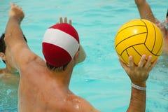 演奏马球水的人们 免版税库存图片