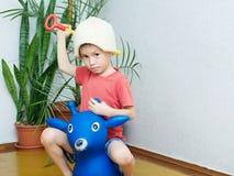 演奏骑士的男孩 库存图片